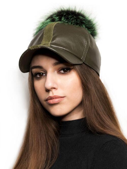 Зеленая кожаная кепка с меховым помпоном