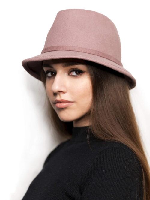 шляпа из фетра с опущенными полями