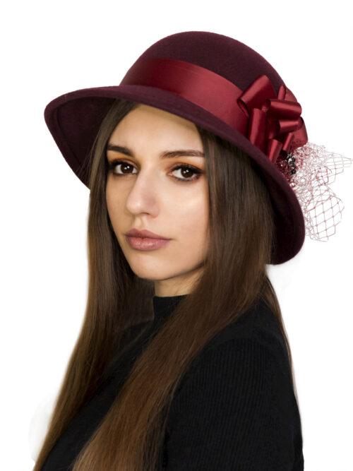 красная шляпа с лентой